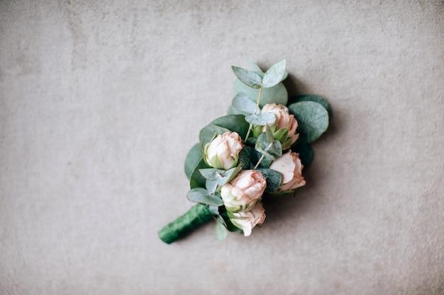 Boutonniere de casamento para o noivo de rosas cor de rosa