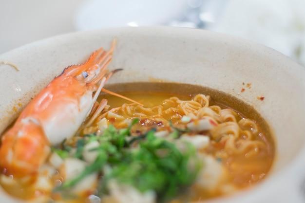 Bowl tom yum kung macarrão instantâneo coberto com camarões grandes
