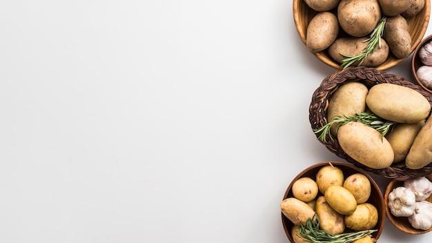 Bowsl de cópia-espaço com batatas
