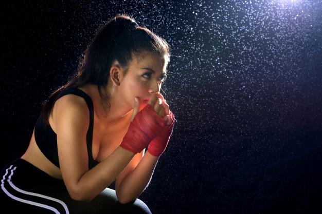 Boxe esporte muay thai, jovem boxeador campeão espera ganhar a luta.