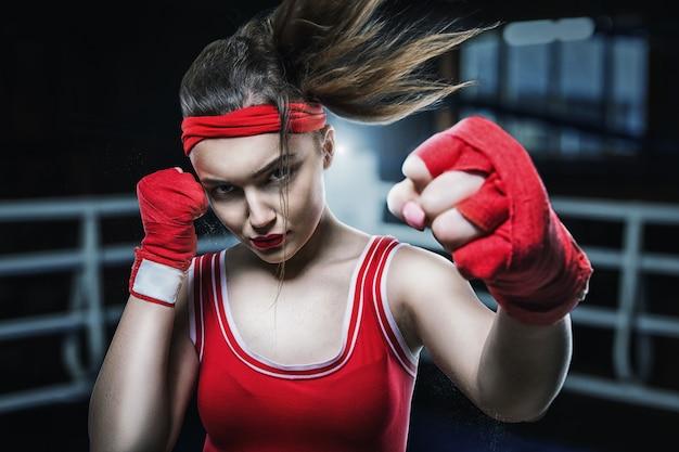 Boxe feminina treinando na academia, treino de boxe