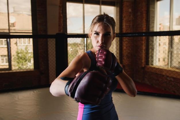 Boxe feminino sexy no ginásio