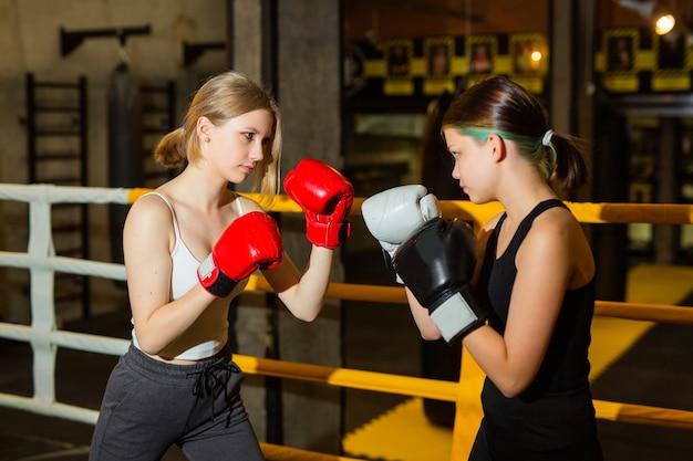 Boxe no ringue de duas jovens ativas