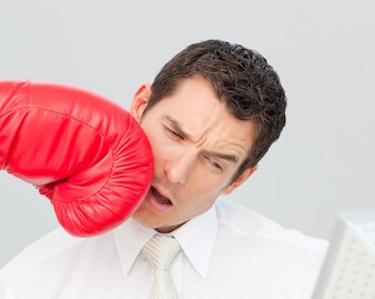 Boxe um empresário em seu rosto