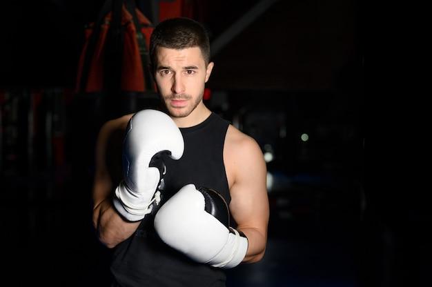 Boxeador confiante em pose e pronto para lutar.
