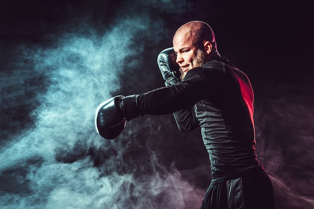 Boxeador esportista lutando em um espaço negro com fumaça