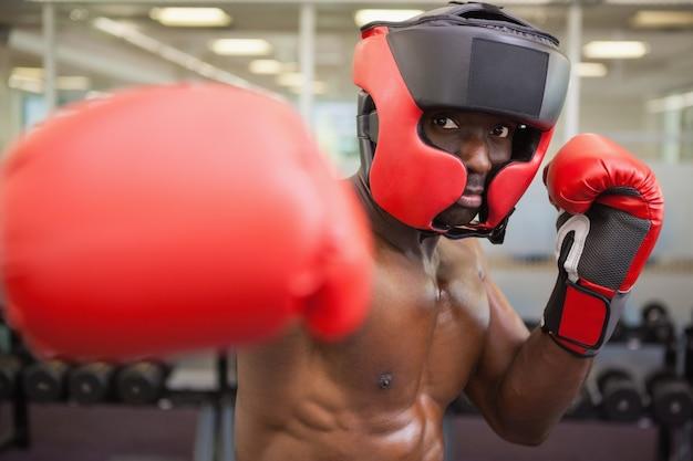 Boxeador masculino atacando com o direito
