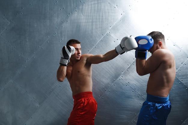 Boxeadores de dois homens lutando boxe muay thai com as costas do punho