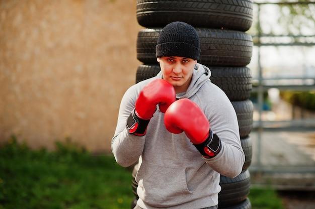 Boxer árabe de homem no treinamento de chapéu para um ginásio ao ar livre de luta difícil.