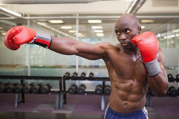 Boxer atacando com seu direito no health club