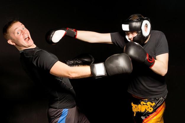 Boxer caindo para trás após ser socado por um oponente com um olhar de espanto