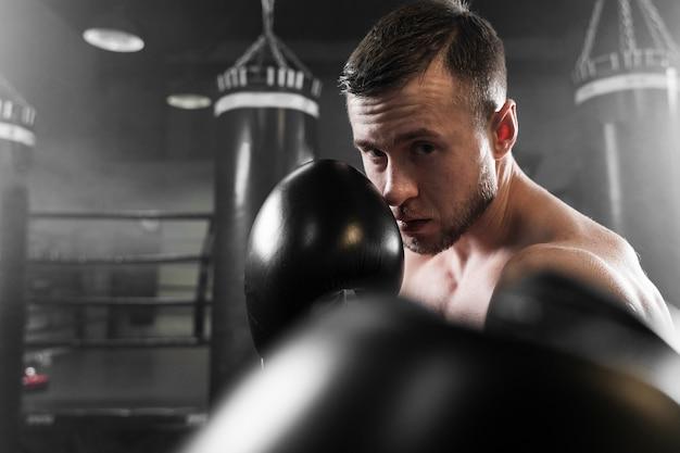 Boxer com luvas pretas, close-up de treinamento