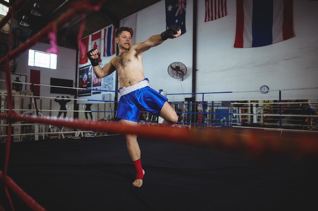 Boxer confiante praticando um boxe