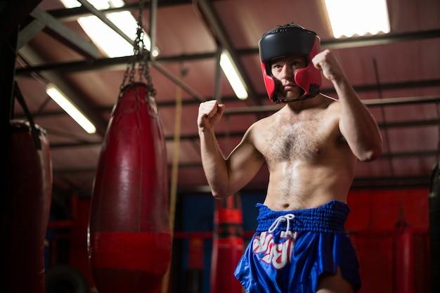 Boxer confiante realizando postura de boxe