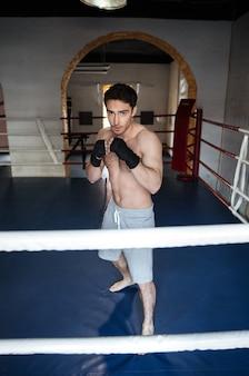 Boxer de homem usando luvas de boxe