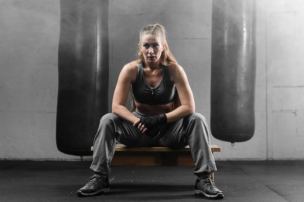 Boxer de mulher dando um tempo de treinamento
