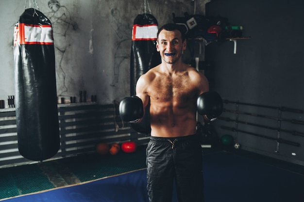 Boxer de treinamento no ginásio escuro.