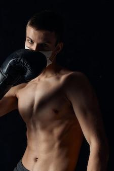 Boxer enluvou a circuncisão do fundo preto da aptidão do músculo do tronco nu.