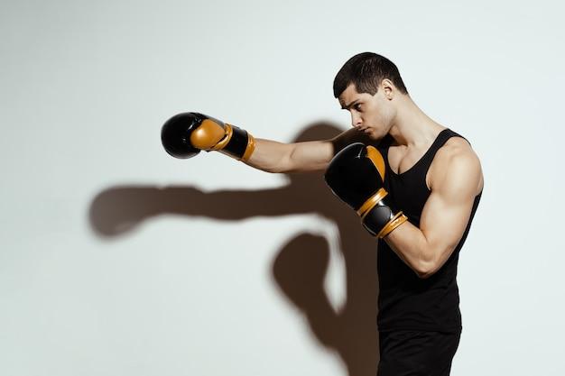 Boxer esportista lutando. conceito de esporte.
