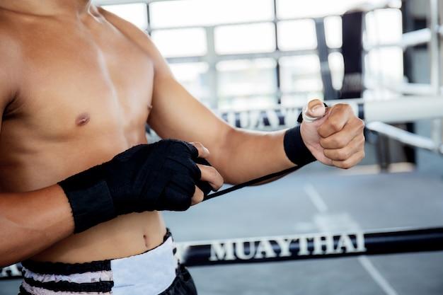 Boxer está trocando as mãos antes de socar.