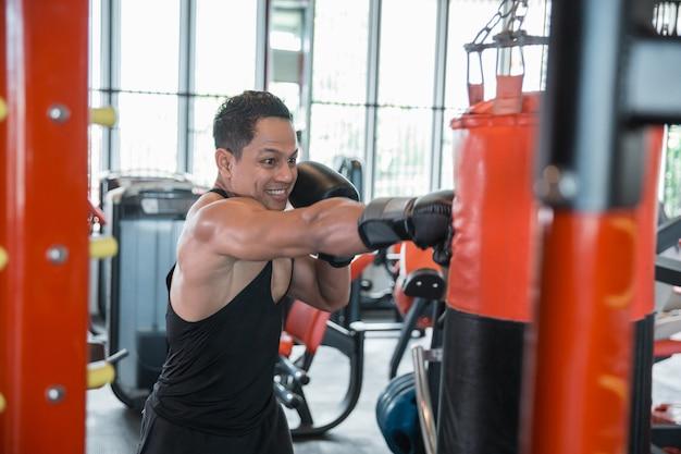 Boxer fazendo treinamento em um saco de pancadas