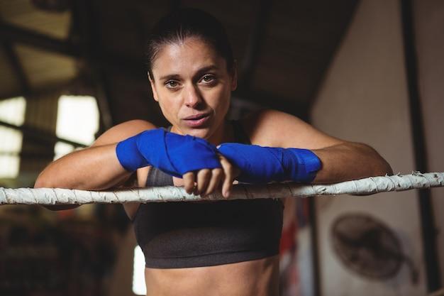 Boxer fêmea em pé no ringue de boxe