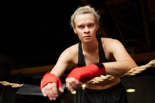 Boxer fêmea resistente em anel