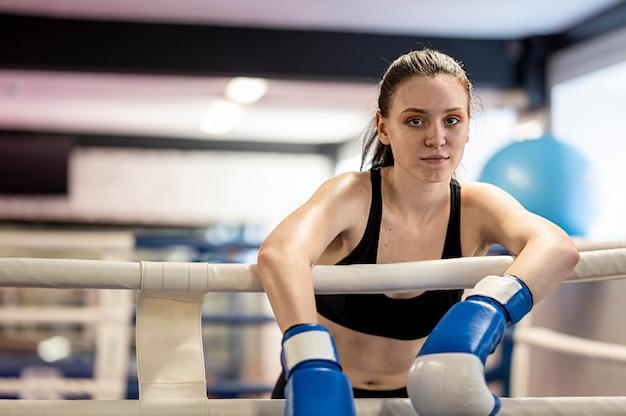 Boxer feminino vista frontal no ringue