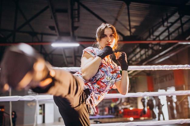 Boxer jovem treinando na academia Foto gratuita