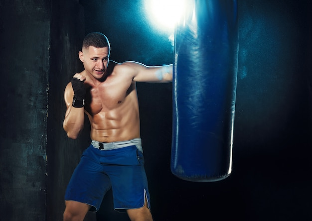 Boxer masculino boxe em saco de pancadas