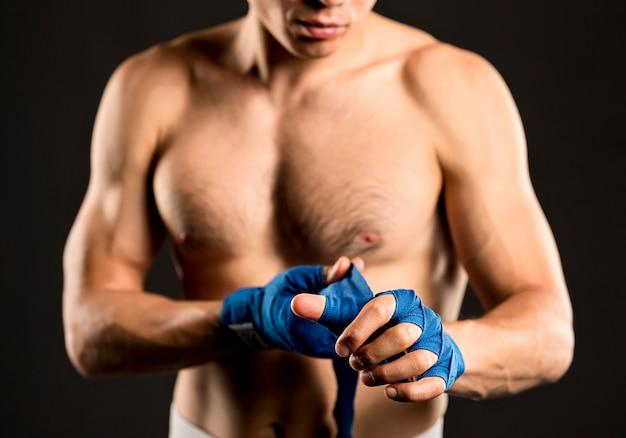 Boxer masculino, colocando proteção para as mãos