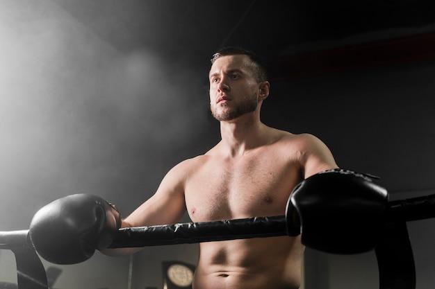 Boxer masculino forte no centro de treinamento