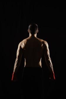 Boxer masculino posando suas costas poderosas
