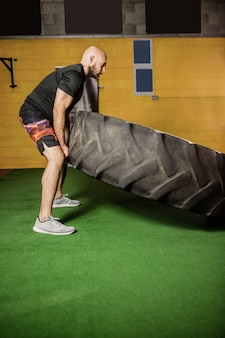Boxer tailandês, levantamento de pneus pesados