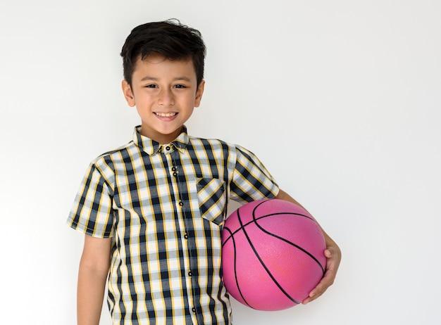Boy sport protrait studio atirar jogador de basquete