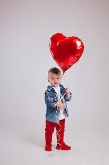 Boyon um branco segurando um coração balão vermelho