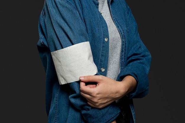 Braçadeira de voluntário em branco em um close de jaqueta jeans