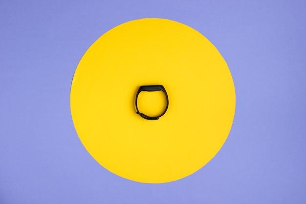 Bracelete inteligente em roxo com um círculo amarelo