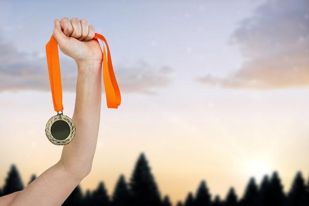 Braço com uma medalha