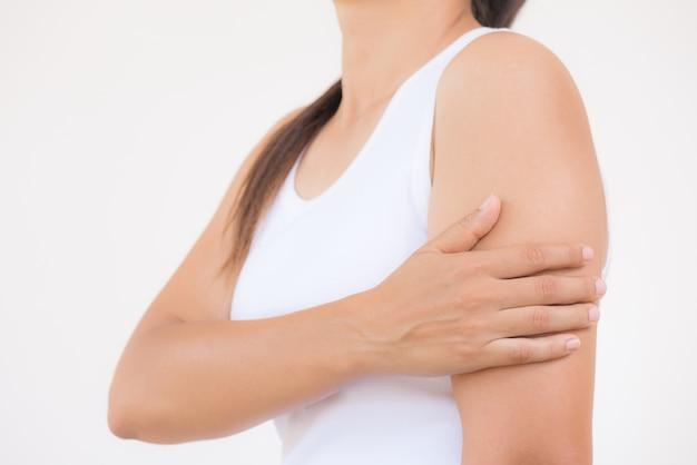 Braço da fêmea closeup. braço dor e lesão. cuidados de saúde e conceito médico