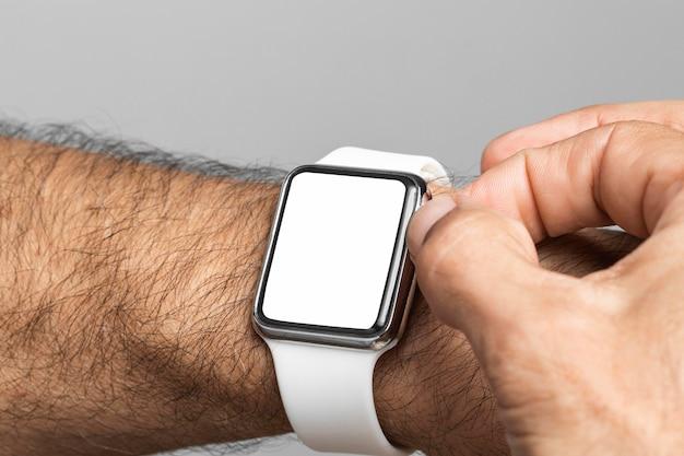 Braço de close-up usando relógio