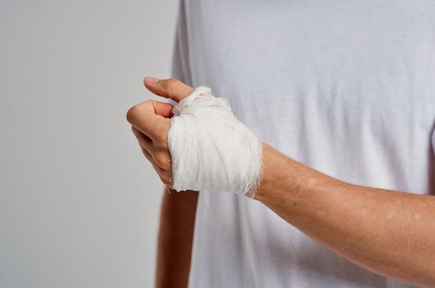 Braço enfaixado problemas de saúde dor lesão. foto de alta qualidade