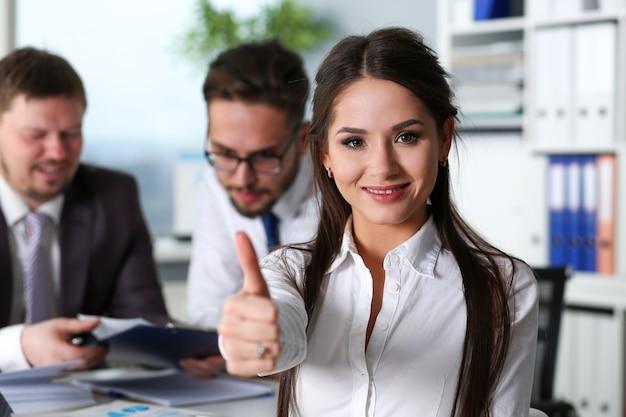 Braço feminino mostrar ok ou confirmar durante a conferência