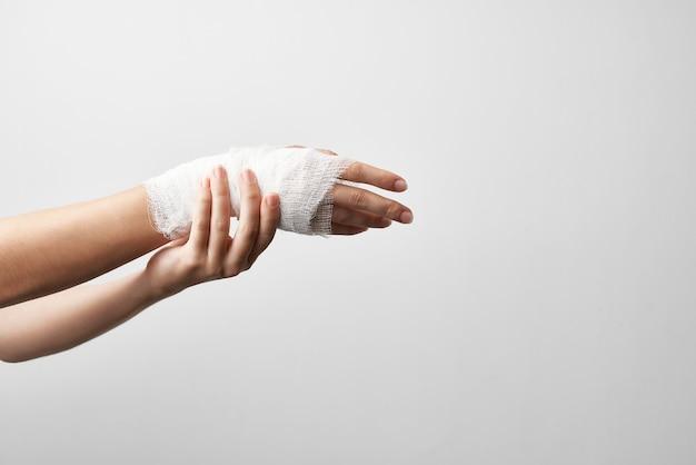 Braço ferido enfaixado medicamento traumatologia