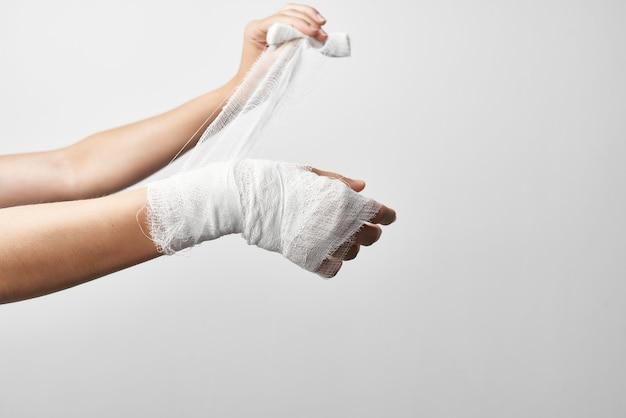 Braço ferido para tratamento de dor close up bandage