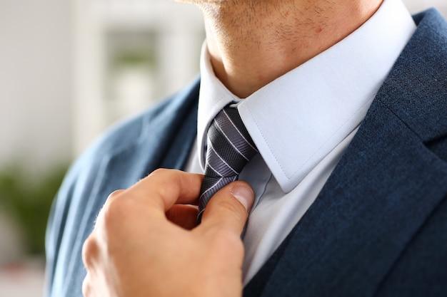 Braço masculino em terno azul conjunto gravata closeup
