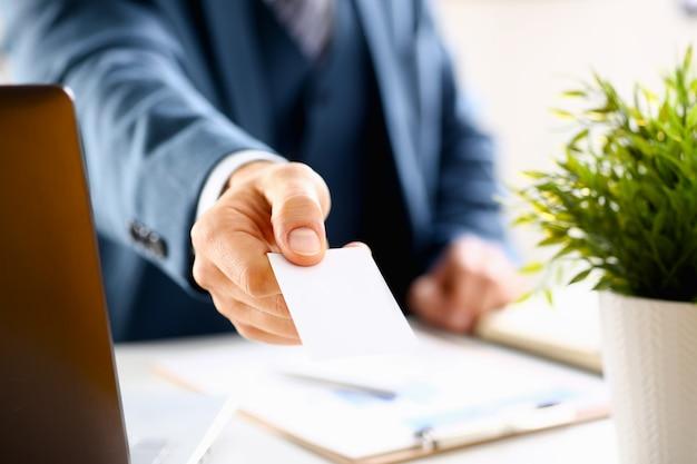 Braço masculino em terno dar cartão de visita em branco