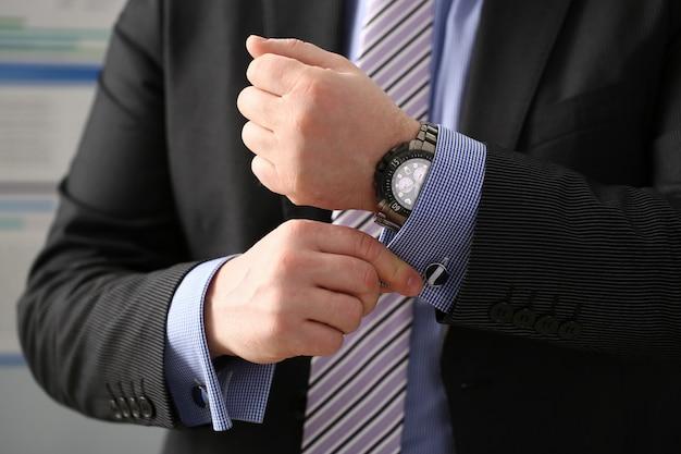 Braço masculino em terno marrom conjunto garanhão closeup
