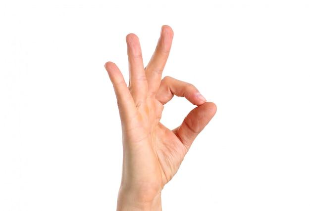 Braço masculino mostrando ok ou confirmar o sinal com o polegar para cima