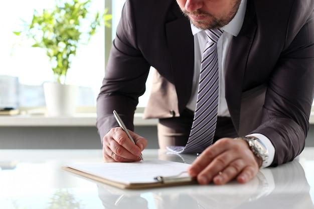 Braço masculino no formulário de preenchimento de terno e gravata cortado na almofada